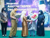Isak Haru Hj Rahma Saat Menyerahkan Asuransi Taspen Kepada Keluarga Alm Syahrul