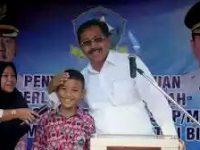 Turun Ke Bintan, Gubernur Nurdin Berikan Berikan Batuan Ribuan Siswa