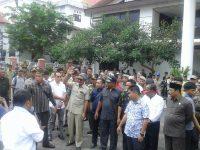 Berikan Dukungan Ke Pansus Hak Angket, Ratusan Massa Serbu Gedung DPRD Banjar