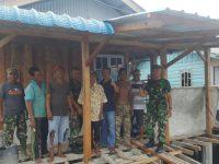 Koramil 02/Bintim Adakan Bhakti Sosial Bedah Rumah Warga yang Tidak Mampu