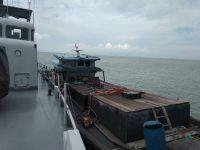 KRI Silea-858 Tangkap Kapal Muat BBM Ilegal Di Perairan Karimun