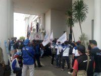 Hari Kedua Demo, Massa Kembali Sampaikan Tuntutannya Kepada Gubernur