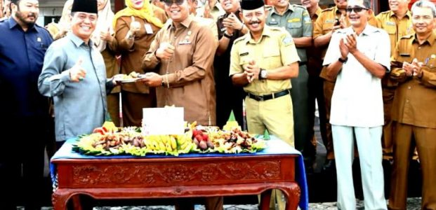 Apri Sujadi Didampingi Wabup Bintan dan Sekda Serahkan DPA APBDes 2020