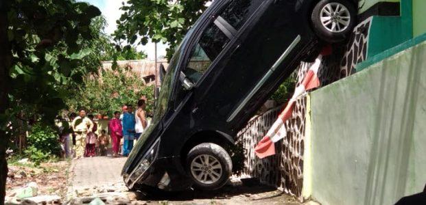 Hendak Parkir, Salah Mengoperasikan Tuas Persneling Mobil Innova Terjun Bebas