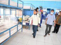 Cegah Penyebaran Covid-19, Pemprov Kepri Semprot Cairan Disinfektan di Rumah Perkampungan