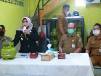 Walikota Serahkan Kartu Pelanggan Gas 3 Kg di Kelurahan Tanjung Ayun Sakti