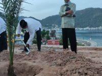Gubernur Kepri Tanam Kurma Di Halaman Masjid Agung Baitul Makmur Tarempa