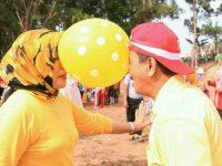 Semarak HUT Kemerdekaan Ke-73, Raja Ariza dan Istri Ikutan Lomba Joget Balon