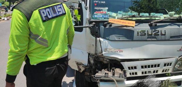 Mengaku Kaget? Pengemudi Mobil Box Hantam Lampu Jalan